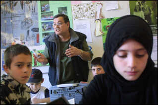 Rejser Amdi Petersen eller en af de andre Tvind-ledere fx ud for at besøge en tvind-skole i udlandet, så vil der være nye muligheder for at anholde ham. Her er det religionsundervisning på Samid-skolen i Rådmandsgade på Nørrebro, som er drevet af Tvind.