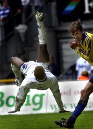FCK's Sibusiso Zuma scorer på et saksespark til 2-0 mod Brøndby søndag juni 10, 2001 i Parken.