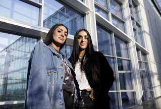 -Der er virkeligt godt selfielys her, bliver de to søstre hurtigt enige om, da de står i den soloplyste glasgang i DR byen.