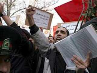 Det er anden dag i træk med voldelige demonstrationer foran den danske ambassade i Teheran.