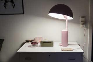 Den lyserøde lampe står i dag på Nadjas natbord og er som et trofæ for hende.