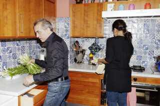 Elvio og konen står i deres køkken på Christianshavn og laver mad. Italienerne er i modsætning til os danskere bedre til at lave mad sammen - og ifølge Elvio, forventer italienerne, at deres gæster hjælper til. Maden er nemlig aldrig klar, når gæsterne kommer, griner han.