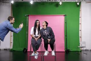 Vita og Wanda Mashadi er på besøg i DR, hvor de blandt andet er på optagelser med DR3. Med sig har de naturligvis deres lille filmhold, der dokumenterer dagen til deres eget program. Her ses producer Sondre Bjørgum, der filmer søstrene til Instagram.