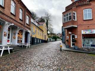 Der er flere ældre huse og brostensgader i Mariager. Der er dog også en asfalteret hovedvej gennem byen.