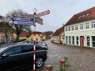 Et stykke fra de brostensbelagte gader i Mariager ligger i dag en asfalteret hovedvej gennem byen.