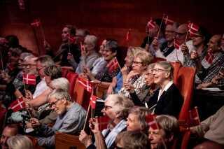 Den 15. juni er det 800 år siden, at Dannebrog, ifølge fortællingen, faldt ned fra himlen i Estland, og fanens fødselsdag blev ligeledes fejret ved koncerterne, hvor publikum fik uddelt et lille flag. Koncertgængerne sang også med, og der var blandt andet fællessang af 'Danmark, nu blunder den lyse nat'. Foto: Kim Matthäi Leland.
