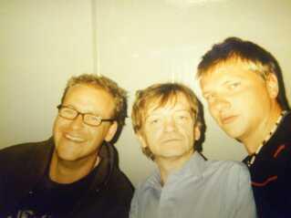 Første gang Lars Kjelfred mødte Mark E. Smith (midten) personligt var backstage ved en festival i Portugal i år 2000 sammen med to venner. 'Vi havde snydt os ind forklædt som reportere', fortæller han. Det er Lars Kjelfred til højre.