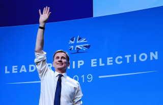 Boris Johnsons modkandidat, udenrigsminister Jeremy Hunt, har endnu ikke direkte kommenteret husspektaklerene.