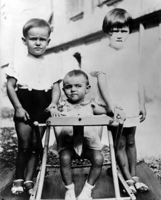 Prins Henrik som barn (tv) sammen med sine søskende Francoise og Joseph (im)