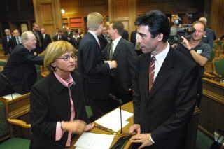 Anders Fogh Rasmussen taler med Dansk Folkepartis leder, Pia Kjærsgaard, da det nyvalgte Folketing var samlet for første gang efter valget i november 2001.