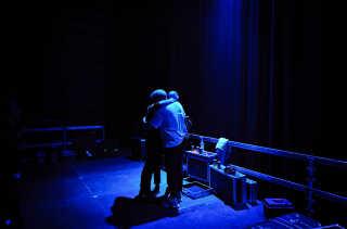 Farveblind er enige om, at det er den bedste koncert, de hidtil har spillet. Efter showet krammer de hinanden.