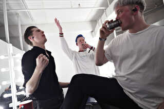 Det er få minutter før, Farveblind skal på scenen, og de drikker øl, hører musik og danser. - Vi skal gerne tage ti armbøjninger, inden vi går på scenen, men det sker aldrig. De få gange, det er sket, er vi knækket bagefter. Men vi skal altid lige have armene over hovedet og stå i urmenneskepositioner, fordi det skulle give mere energi, siger Magnus Pilgaard Grønnebæk (i midten).
