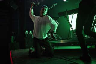 Koncerten er ved at nærme sig sin afslutning, og både publikum og Farveblind er på kogepunktet. På scenen hamrer Magnus Pilgaard Grønnebæk sin tamburin ned i gulvet flere gange. - Vi har før prøvet at være syge eller ikke at have det ret godt, når vi skulle optræde, men det går ikke. Vores musik kræver, at vi er i det 100 procent, siger Magnus Pilgaard Grønnebæk.