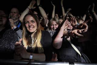 Der er et stort fremmøde af danske fans til Farveblinds koncert på Spot Festival, men duoen har også et særligt kig på udlandet. - Det er gået op for os, at hvis vi skal fortsætte med den her slags musik, så bliver vi nødt til at ekspandere til udlandet, for der er scenen for vores slags musik væsentligt større, siger Magnus Pilgaard Grønnebæk. Farveblind har blandt andet optrådt i Kina, Thailand og mange forskellige steder i Europa.