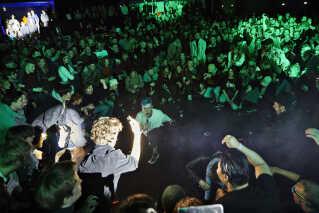 Under koncerten går Magnus Pilgaard Grønnebæk ned blandt publikum, hvor han får alle til at sætte sig ned. Det hele ender i en kæmpe moshpit, og Magnus taber sin mikrofon, der bagefter må hales op på scenen via ledningen.