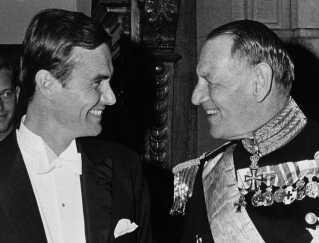 Her ses diplomaten Henri sammen med Kong Frederik i 1966.