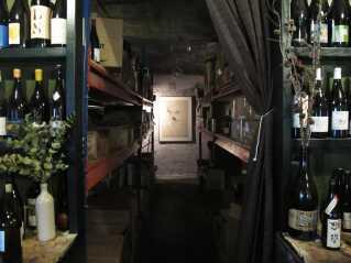 I vinlageret hos Rosforth & Rosforth, hvor Thomas for to år siden holdt sin første udstilling som kunstner.