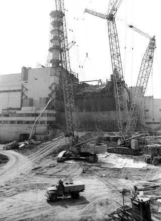 Sådan så det ud ved Tjernobyl-atomkraftværket umiddelbart efter katastrofen den 26. april 1986.