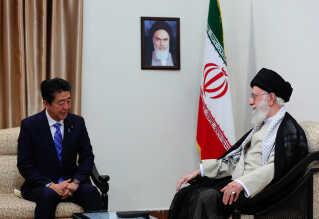 Det formodede angreb i Omanbugten skete samtidig med, at Irans overhoved, ayatollah Ali Khamenei, mødtes med Japans regeringsleder, Shinzo Abe, in Teheran.