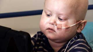 Christian Østergaard på fire år har leukæmi og er derfor til kemobehandling på hospitalet.