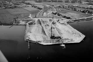 Et for et skulle de hundrede meter lange betonelementer sænkes ned på bunden af fjorden ud for land.