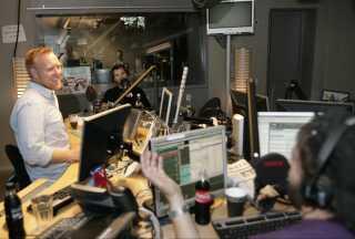 Mike Skinner i P3-studiet sammen med Anders Breinholt og Anders Lund Madsen i september 2008.