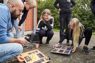 Elever fra Paradisbakkeskolen i Nexø på Bornholm undervises i engineering, hvor de arbejder med modeller af solceller.