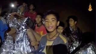 Kort efter drengene blev fundet, delte de thailandske myndigheder en video, der viste drengene smilende og vinkende til deres familier.