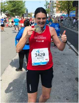 Her er Aneste Fredskov lige kommet i mål til Copenhagen Marathon og sit 700. maraton i weekenden.