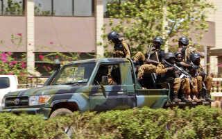 Soldater ved den franske ambassade i Ouagadougou, Burkina Faso.