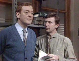 Lige oven på succesen med 'Matador' kunne DR's seere se Jesper Langberg som Strom i komedieserien 'Opfinderkontoret' i 1982. Her ses han sammen med Peter Sten.