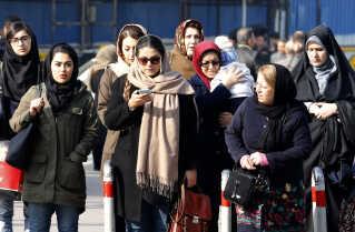 'Kvindebevægelsen eksisterer i Iran', forklarer Iran-ekspert Rasmus Christian Elling. De gør alt, hvad de kan, for at skubbe magthaverne i en mere progressiv retning, og de har tilkæmpet sig mange rettigheder, siger han.