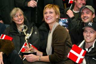(Arkiv) Charlotte Fich med Emmy statuetten modtages i Kastrup Lufthavn onsdag den 27/11 2002 af holdet bag DR-sserien Rejseholdet.