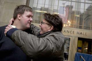 Malthe Thomsen var pædagogstuderende i New York og blev tilbageholdt i storbyen i næsten et halvt år, indtil anklagemyndigheden droppede sagen mod ham. Her ses han foran retten i New York med sin mor, Gitte Thomsen.