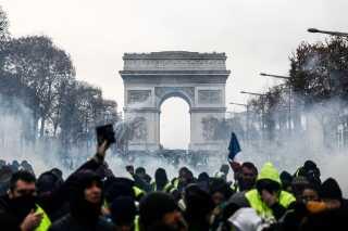 Demonstranterne samledes om morgenen ved Triumfbuen. I forrige weekend blev det parisiske vartegn udsat for hærværk. Politiet havde dog denne gang valgt at afspærre pladsen omkring vartegnet fuldstændig.