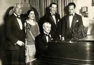 Gershwin (yderst til højre) har i mange år haft ry som en 'popkomponist', men han arbejdede også med tungere kompositioner. Her ses han til en fødselsdagsfest for den franske komponist Maurice Ravel (ham med Bolero) i New York i 1928.