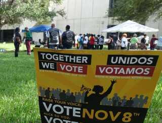 """""""Vi stemmer sammen"""" står der på engelsk og spansk på en valgplakat i Cutler Bay, Florida."""