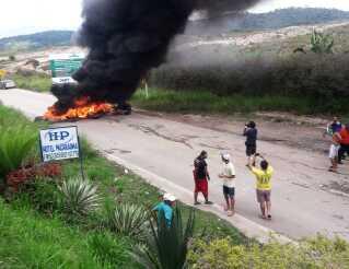 Brasilianere brænder dæk af på den vej, hvor grænsen mellem Brasilien og Venezuela går.