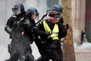 Politiet anholdt allerede om morgenen flere hundrede demonstranter, der blev stoppet med masker, kasteskyts og slagvåben på sig.   I alt blev 1726 anholdt, og 1220 er efterfølgende varetægtsfængslet over hele Frankrig.