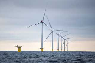 En stor del af strømmen bliver juleaften produceret i Anholt Havmøllepark, hvor der står 111 Siemens 3,6 MW-vindmøller og snurrer, når vindhastigheden rammer 17-20 m/s, svarende til hård kulling.