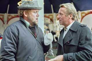Det er en af DR's helt store drama-klassikere, som DR K hiver frem fra båndarkivet og viser de kommende 16 fredage klokken 20.00 - første gang den 21. juni og næste gang 28. juni. I sommerens løb er der mulighed for at se - eller gense - dramaserien 'En by i provinsen' med Henning Moritzen og Jens Okking i to af de bærende roller som kriminalinspektør Eriksen og kriminalassistent Samuelsen. Serien, som blev sendt i 17 afsnit på DR1 fra 1977 til 1980, havde premiere kun kort tid efter, at forfatteren Leif Panduro var død i januar 1977. Han nåede at skrive de tre første afsnit, mens navne som Johannes Møllehave, Poul-Henrik Trampe, Poul Ørum og Anders Bodelsen skrev de senere.