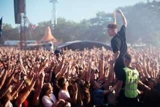 Saveus åbnede Orange Scene på Roskilde Festival med publikumsfavoritter som 'Levitate me' og 'Himalaya'.