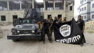 Regeringen blev advaret om, at Irakkrigen kunne destabilisere hele regionen. Her ses irakiske sikkerhedsstyrker i 2015 med et Islamisk Stat-flag, som de har taget ned fra universitetetsbygningen i Anbar, Irak.