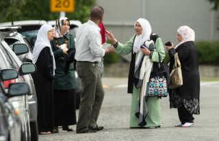 Folk stimlede sammen foran Al Noor moskéen i Christchurch.