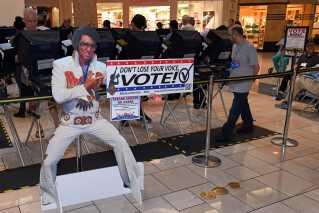 Ingen ringere end Elvis Presley opfordrer vælgerne til at stemme i Las Vegas i staten Nevada.