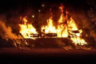 I byen Trollhättan lidt nord for Gøteborg blev der sat ild til flere biler i aftes.
