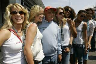 På billedet ses den tidligere Formel 1-mester Nicky Lauda med de såkaldte gridgirls i 2005.