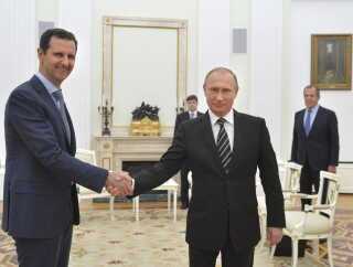 Den syriske præsident Bashar al-Assad giver hånd til Ruslands præsident Vladimir Putin under et møde i Moskva i oktober 2015 - kort efter Rusland er begyndt at bombe i Syrien til støtte for præsident Assad, REUTERS/Alexei Druzhinin/RIA Novosti/Kremlin