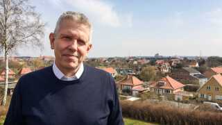 John Dyrby Paulsen bor på toppen af bakken med udsigt ud over det meste af Halsskov.