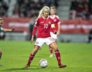 Pernille Harder og resten af det danske kvindelandshold er på en stor opgave, når de engelske VM-favoritter skal udfordres i en testkamp.
